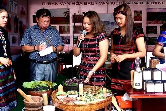 Đồng bào Pako giới thiệu món ăn ở địa phương cho du khách