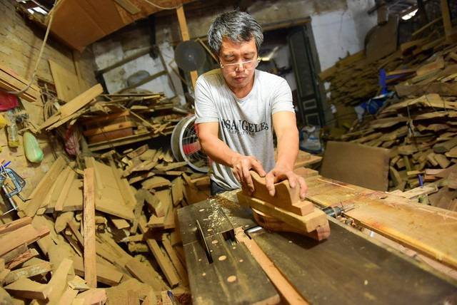 Ông Trần Văn Bản (làng Thượng Cung, xã Tiền Phong, Thường Tín, Hà Nội) cùng gia đình có nghề làm khuôn bánh Trung thu bằng gỗ, duy trì đã 35 năm dù nhu cầu, thị hiếu của xã hội đã có nhiều thay đổi. (Ảnh: Toàn Vũ)