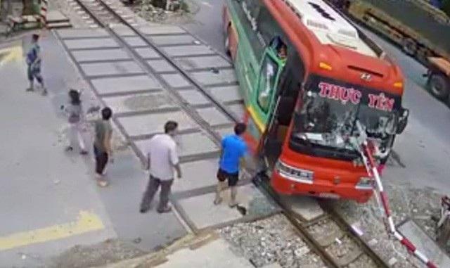 Khi nhân viên đường sắt vừa hạ rào chắn xuống cho đoàn tàu đi qua, bất ngờ chiếc xe khách tông thẳng vào cần chắn. Chiếc xe khách bị xuyên thủng bởi cần chắn, hành khách liều mạng nhảy qua cửa kính xe xuống mặt đất.