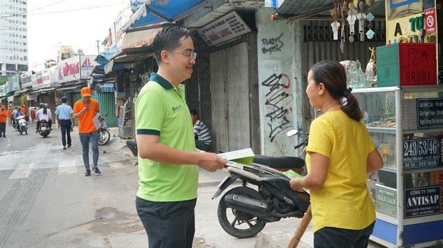 Nhằm tuyên truyền, nâng cao ý thức trong việc bảo vệ môi trường, Chủ tịch UBND phường Phạm Ngũ Lão (quận 1, TPHCM) đã trực tiếp cầm tờ rơi đi phát tận tay người dân. (Ảnh: Trương Nhân)