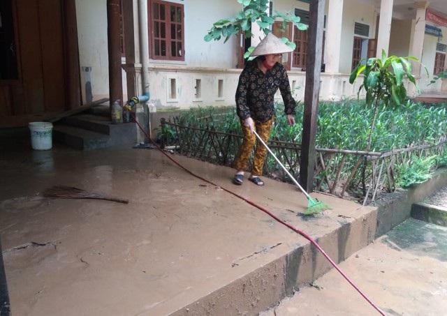 Cứ mỗi trận mưa, nước bùn lại đổ vào khu vực bếp và khu kí túc của các thầy cô giáo