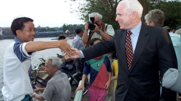 Theo Fox News, trong 36 năm làm chính trị, ông McCain đã đạt được rất nhiều thành tựu quan trọng, trong đó nổi bật là vai trò cầu nối, thúc đẩy Mỹ và Việt Nam bình thường hóa quan hệ, quên đi quá khứ, hướng tới tương lai; sự ra đời của đạo luật cải cách tranh cử; đạo luật đối xử với tù nhân; chiến dịch cải cách tài chính Mỹ năm 2002; vấn đề nhập cư; đạo luật cải tổ bảo hiểm… Trong ảnh: Ông McCain bắt tay người dân Việt Nam trong chuyến thăm hồ Trúc Bạch.
