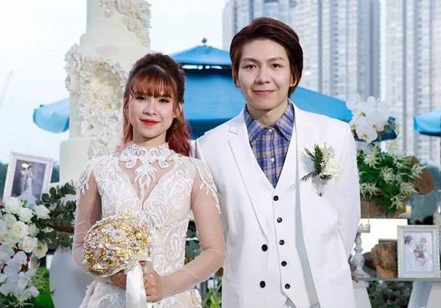 Kelvin Khánh và Khởi My trong hôn lễ, nữ ca sĩ giữ bí mật thông tin lễ cưới và thậm chí còn chia sẻ ngày không chính xác để đánh lạc hướng truyền thông. Ngoài khách mời, cũng không có đơn vị báo chí nào tiếp cận trực tiếp được đám cưới của nữ ca sĩ.