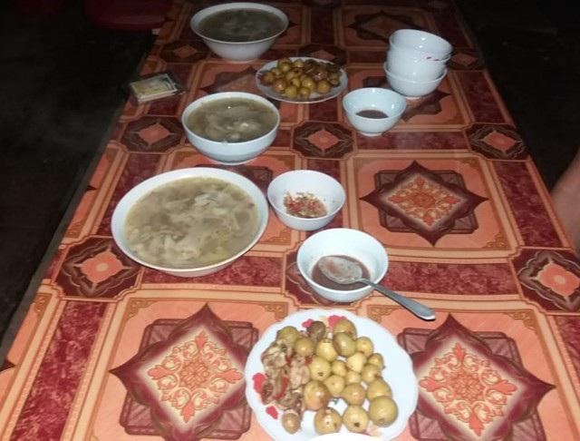 Giao thông đang bị chưa cắt, thực phẩm dự trữ đã cạn kiệt, bữa ăn của các thầy cô chỉ có măng rừng, sung muối