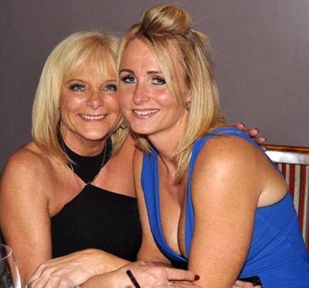 Co Kelly, du khách người Anh chụp hình cùng người mẹ quá cố