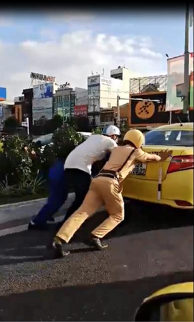 Nhiều người dân đi đường đã dừng lại cùng giúp tài xế taxi.