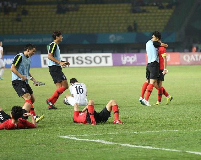 Nỗi buồn của các cầu thủ Olympic Uzbekistan sau trận thua trước Olympic Hàn Quốc.