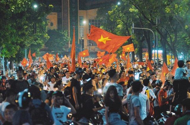 Cổ động viên Việt Nam xuống đường ăn mừng sau chiến thắng của Việt Nam trước Bahrain. (Ảnh: Toàn Vũ)