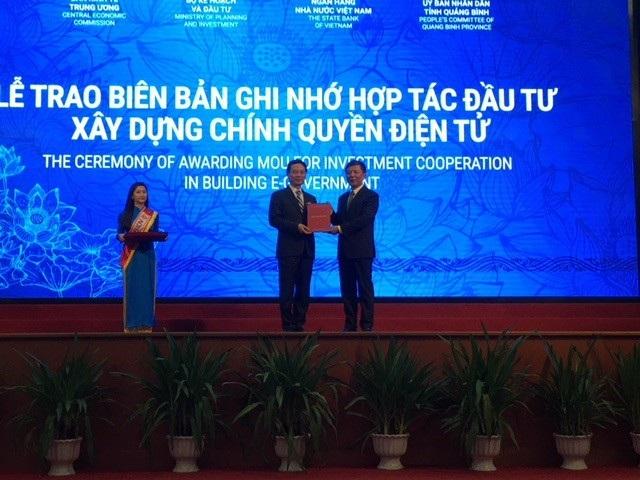Quyền Bộ trưởng Bộ TT-TT Nguyễn Mạnh Hùng trao biên bản ghi nhớ hợp tác triển khai xây dựng Chính quyền điện tử tỉnh Quảng Bình cho ông Nguyễn Hữu Hoài, Chủ tịch UBND tỉnh.