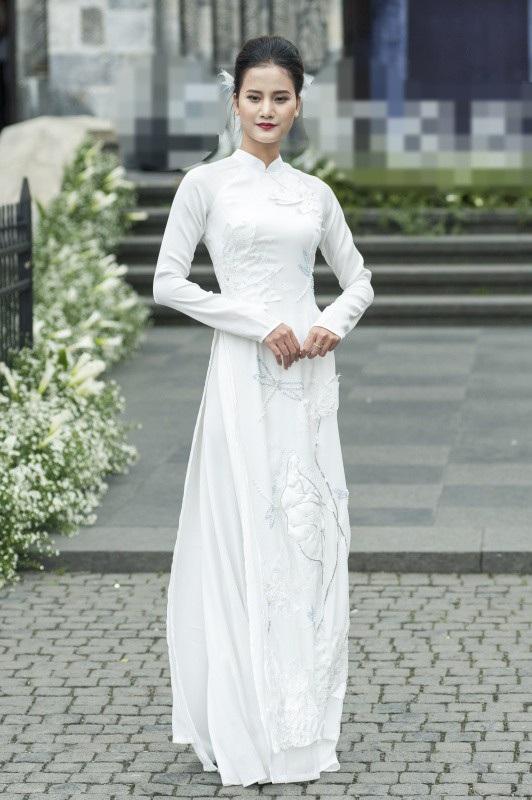 Quán quân Vietnams Next Top Model 2015 Hương Ly tái xuất trên sàn diễn với hình ảnh nhẹ nhàng, nên thơ. Cô khoe những bước đi uyển chuyển trong bộ áo dài trắng tinh khôi.