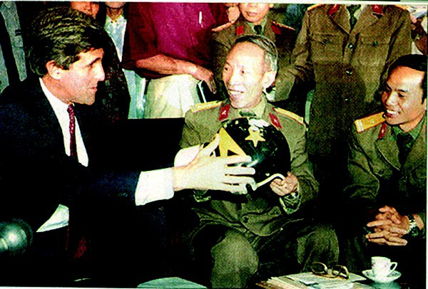 Đại tá Phạm Đức Đại (bên phải) trao cho Thượng nghị sĩ John Kerry chiếc mũ của phi công John McCain.
