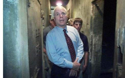 John McCain cùng con trai trong chuyến thăm trở lại Việt Nam năm 2005 (Ảnh: Reuters).