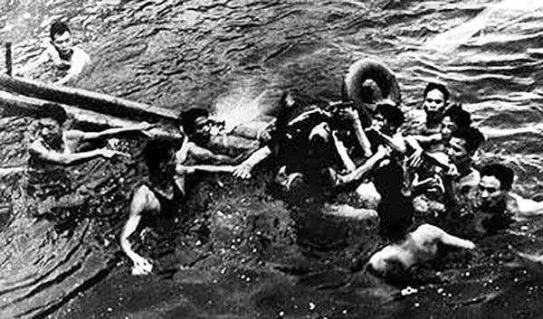 John McCain được những người dân Việt Nam cứu sống sau khi rơi xuống hồ Trúc Bạch (Ngày 26/10/1967).