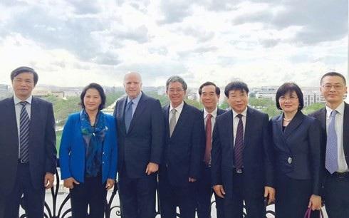 Đoàn đại biểu Việt Nam dự khoá đối thoại chính sách cao cấp VELP ở Harvard. Ông Vũ Quang Minh đứng ngoài cùng bên phải (Ảnh: Facebook cá nhân).