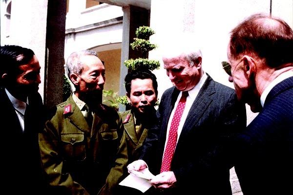 Xem các bức ảnh chụp lúc bị bắn rơi và trong trại giam, Thượng nghị sỹ John McCain hóm hỉnh: Tôi hồi ấy cũng đẹp trai đấy chứ!