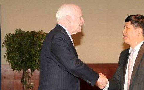 TNS John McCain gặp ông Nguyễn Quốc Cường khi đang là Đại sứ Việt Nam tại Hoa Kỳ (2011-2014) (Ảnh: Facebook cá nhân).