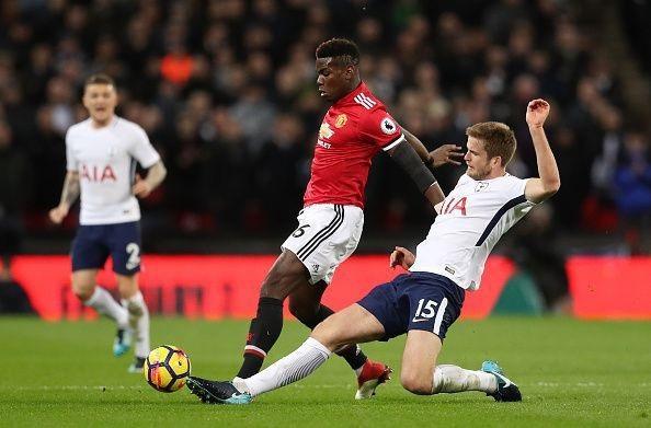 Pogba (trái) sẽ tiếp tục đeo băng đội trưởng của Man Utd?