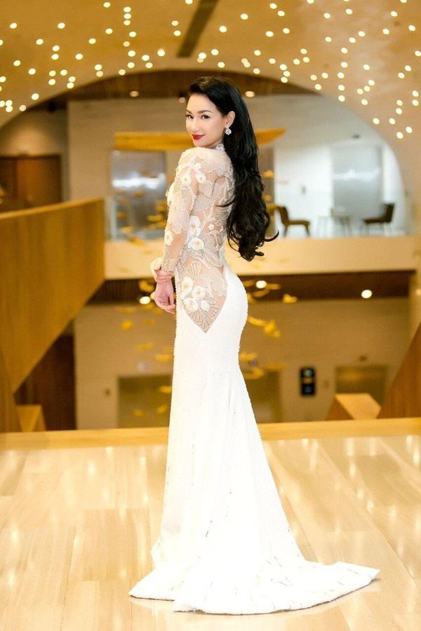 Quỳnh Chi khoe vẻ sexy với váy dài quét đất, đắp vải đắp ren xuyên thấu và bó sát cơ thể gợi cảm và nữ tính.