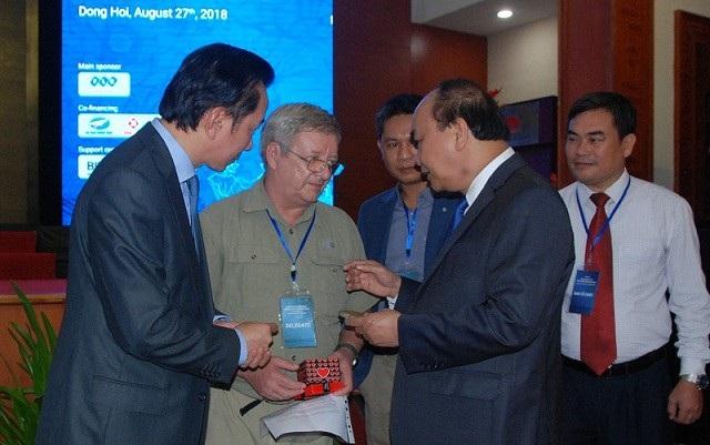 Thủ tướng Nguyễn Xuân Phúc thăm hỏi Chuyên gia Howard Limbert, người có công lớn trong việc khám phá và phát triển du lịch hang động tại Quảng Bình