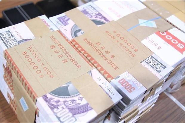 Số tiền Triều Tiên giả mệnh giá 5.000 Won bị cảnh sát Thái Lan tịch thu từ 6 nghi phạm ở quận Bang Lamung. (Nguồn: Chaiyot Pupattanapong)