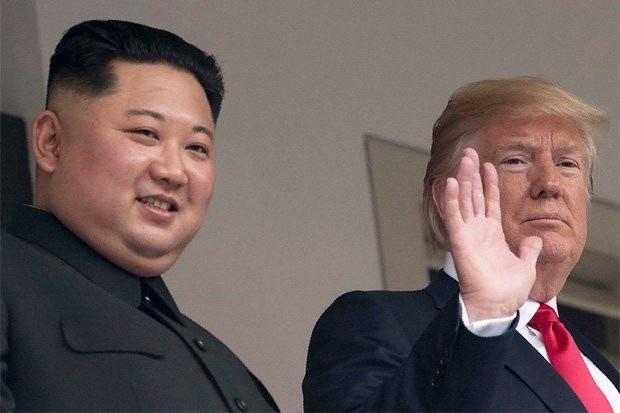 Tổng thống Donald Trump và nhà lãnh đạo Kim Jong-un trong cuộc gặp tại Singapore (Ảnh: AFP)