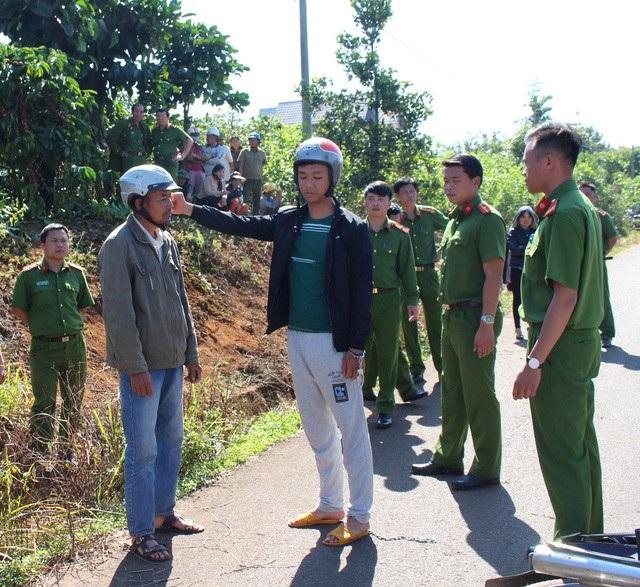 Đối tượng Thái Anh đang thực nghiệm lại hành vi đánh nạn nhân