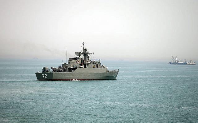 Một tàu chiến Iran ở Eo biển Hormuz (Ảnh: AP)