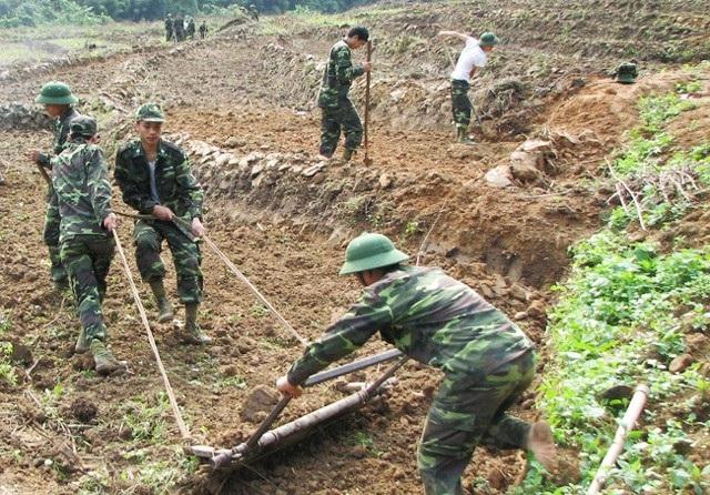 Bộ đội biên phòng Nghệ An giúp người dân khai hoang đất để trồng trọt (ảnh L.Thạch)