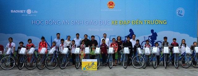 Đại diện Lãnh đạo TCT Bảo Việt Nhân thọ trao xe đạp cho học sinh nghèo
