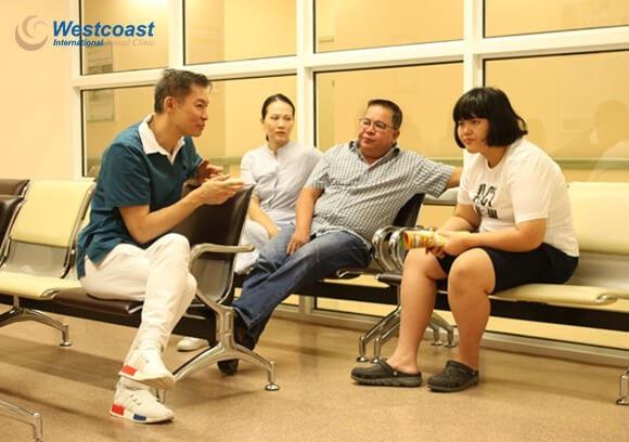 Bác sĩ Andrew và gia đình bé Jennifer trước khi vào phòng phẫu thuật