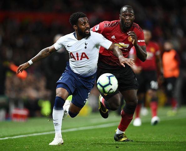 Lukaku (phải) bỏ lỡ cơ hội ghi bàn đáng tiếc ở hiệp 1