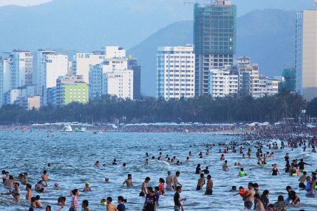 Bãi biển Nha Trang thường đông nghịt du khách trong dịp lễ lớn