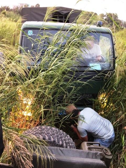 Lực lượng công an phải dùng đến xe jeep và xe tải hỗ trợ vào cày đám cỏ sậy nhưng vẫn không tìm thấy đối tượng...