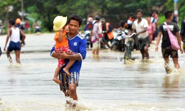 Khoảng 54.000 người phải sơ tán để tránh lũ. (Ảnh: AFP)