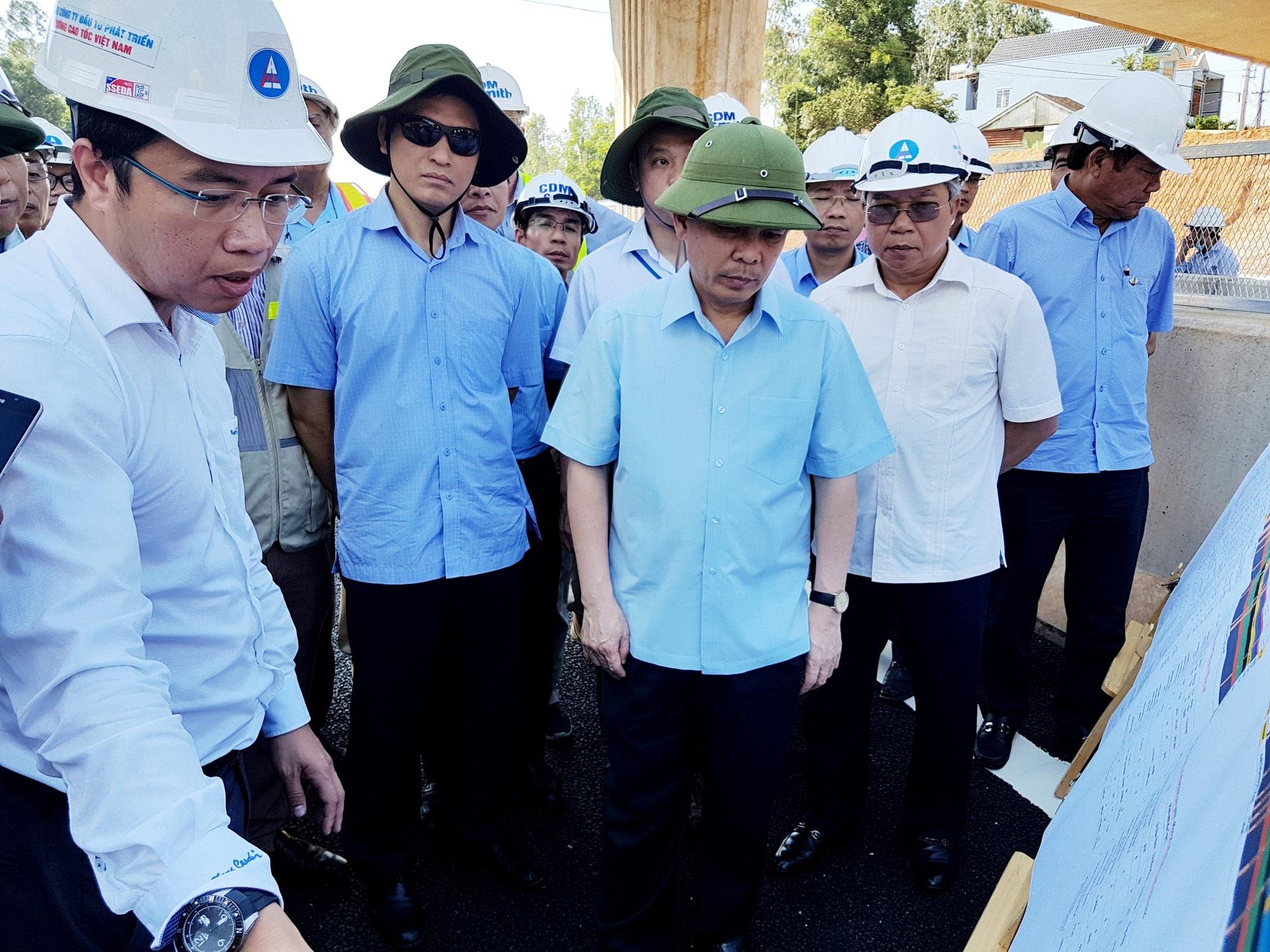 Bộ trưởng Nguyễn Văn Thể nghe báo cáo thi công cao tốc đoạn qua tỉnh Quảng Nam