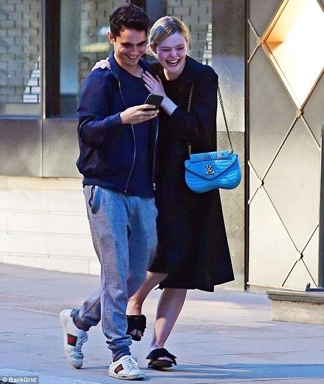 Elle Fanning tình tứ khoác vai bạn trai Max Minghella đi dạo trên đường phố London ngày 2/8 vừa qua