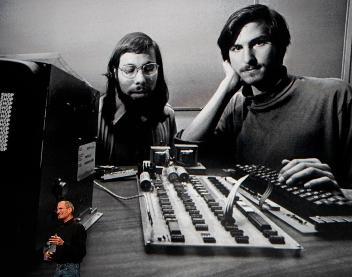 Apple được thành lập ngày 1/4/1976 với 2 thành viên là Steve Jobs và Steve Wozniak tại Los Altos, California.