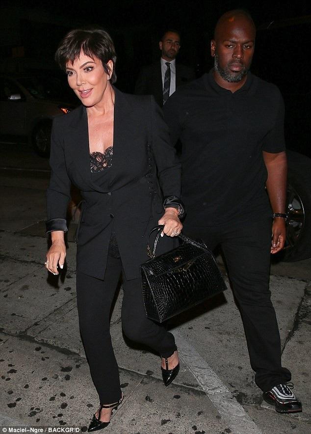 Cùng đi ăn với siêu mẫu là mẹ cô bà Kris Jenner, 62 tuổi và bạn trai Corey Gamble, 37 tuổi