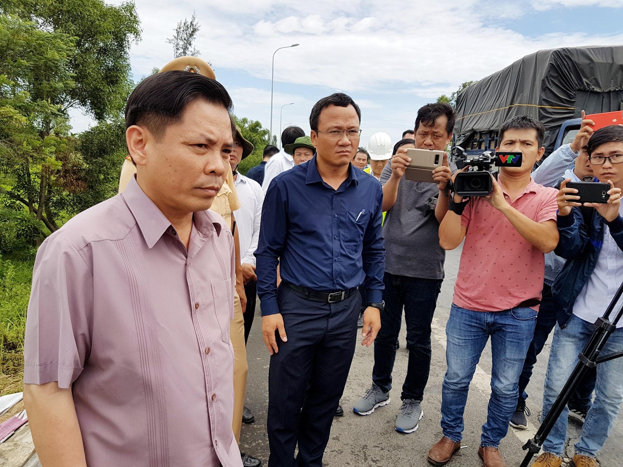 Bộ trưởng Nguyễn Văn Thể thị sát hiện trường vụ tai nạn làm 13 người tử vong vào ngày 30/7