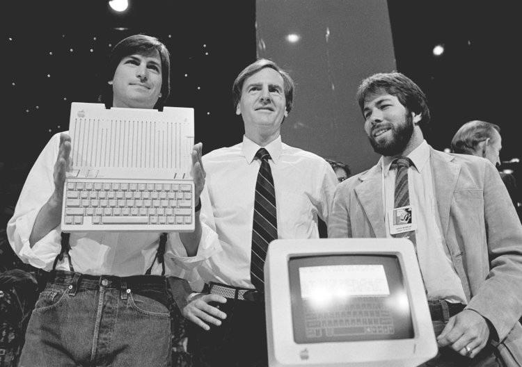 John Sculley (giữa) đã có những xung đột nhất định về mặt định hướng với Steve Jobs và Steve Wozniak.
