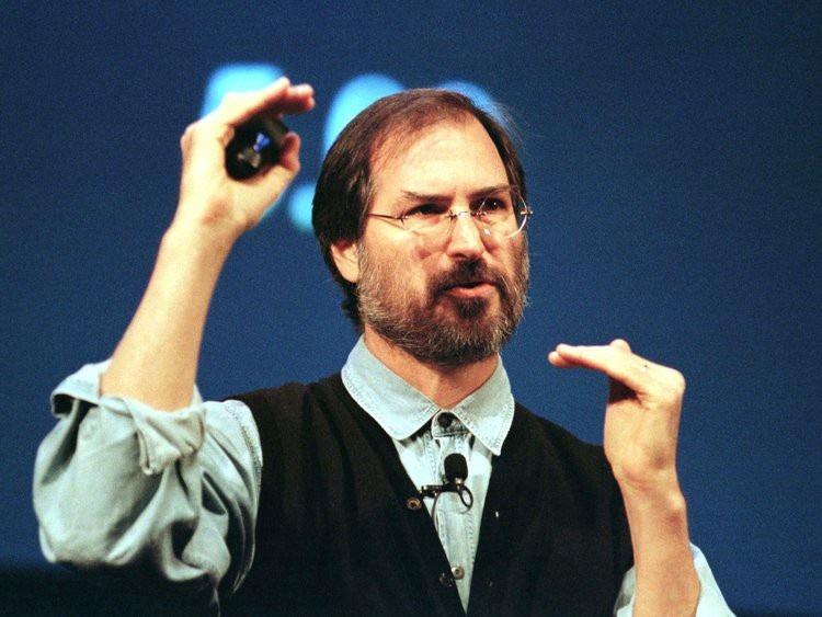 Steve Jobs trở lại Apple, và trở thành CEO ít lâu sau đó.