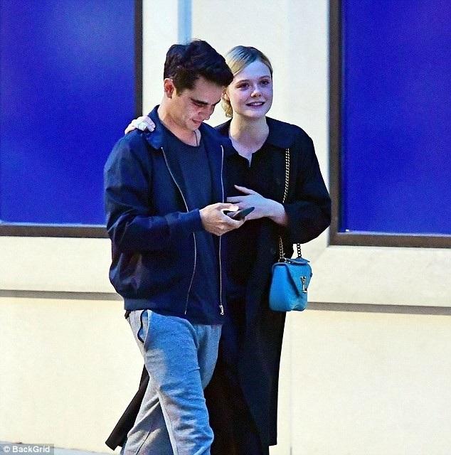 Đâylà lần hiếm hoi cánh săn ảnh thấy Elle Fanning xuất hiện bên bạn trai Max Minghella