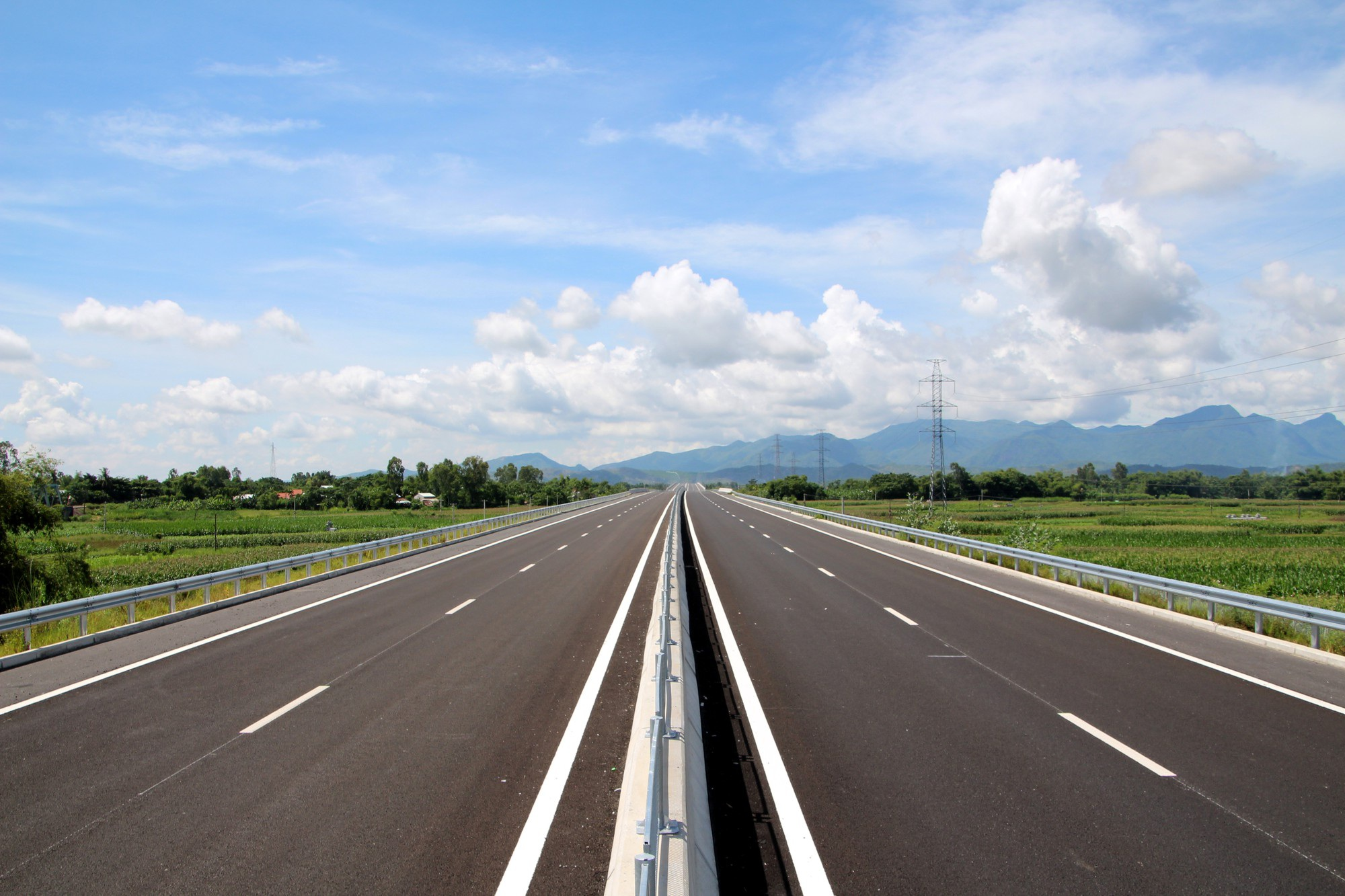 Hiện tuyến chính cao tốc từ Tam Kỳ đến Quảng Ngãi đã hoàn thành nhưng nhiều hạn mục phụ như đường ngang, công chui và một số hạn mục phụ vẫn chưa hoàn thiện