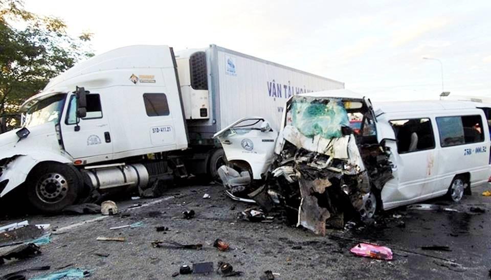 Vụ xe đón dâu đối đầu xe tải làm 13 người chết xảy ra trên tuyến đường tránh Vĩnh Điện chỉ có 2 làn xe ô tô, không có dải phân cách…