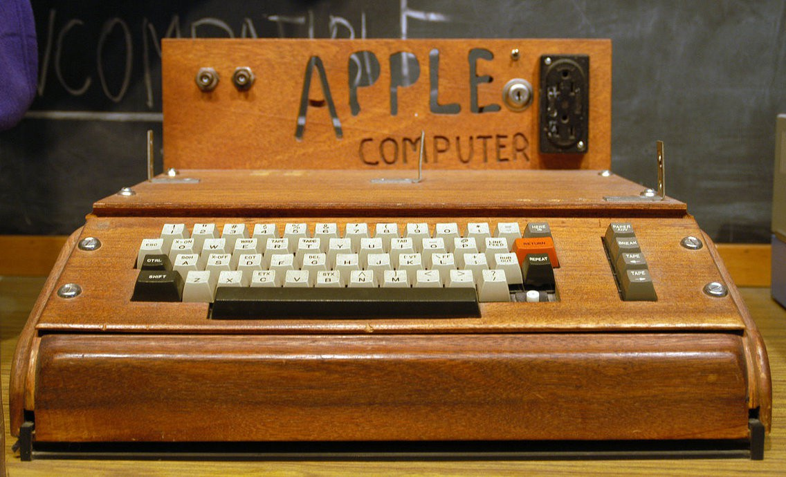 Sản phẩm đầu tiên của công ty là chiếc máy tính Apple I, bao gồm một bo mạch chủ, một bộ vi xử lý và một vài linh kiện điện tử khác. Sản phẩm có vỏ máy tính được tự chế bằng gỗ.