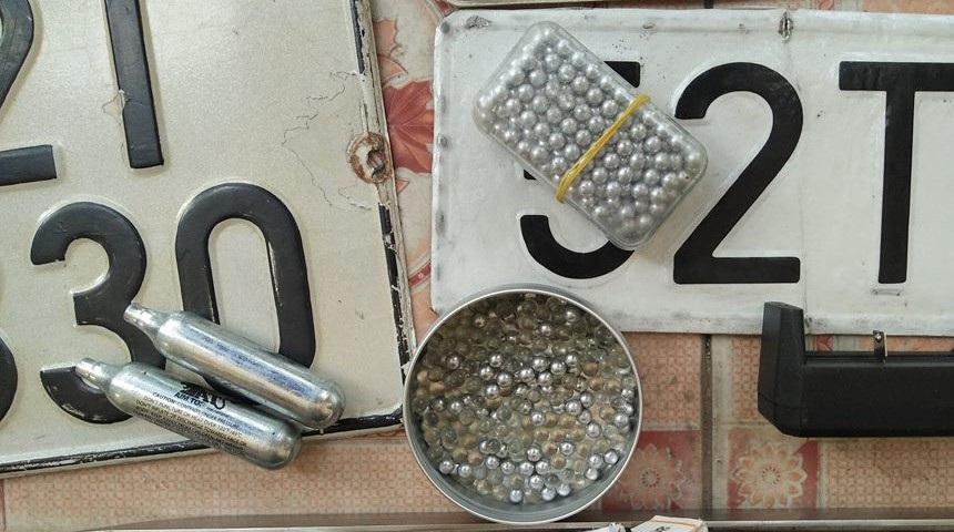 Biển số xe, đạn bi thu giữ được tại nơi ở của các nghi can