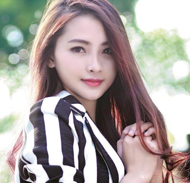 MC Mù Tạt Huyền Trang được biết đến với phong cách trẻ trung, hài hước tại chương trình Bữa trưa vui vẻ.