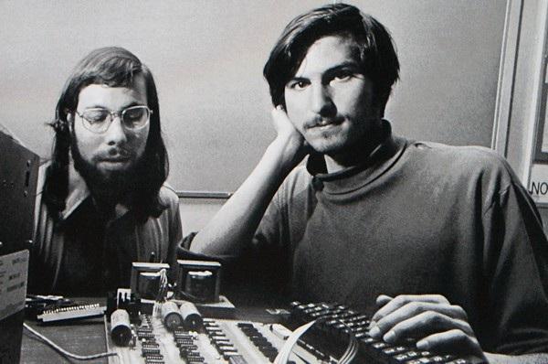 Những ngày đầu tiên, ngay cả Steve Jobs lẫn Steve Wozniak, 2 nhà đồng sáng lập Apple, cũng khó tin rằng có ngày công ty của mình sẽ cán mốc giá trị nghìn tỷ USD