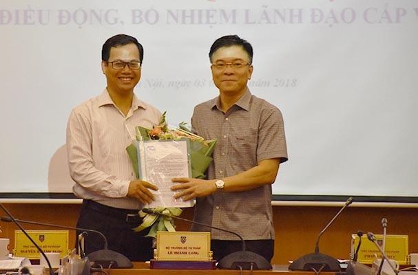 Bộ trưởng Lê Thành Long trao quyết định cho ông Đỗ Xuân Lân.