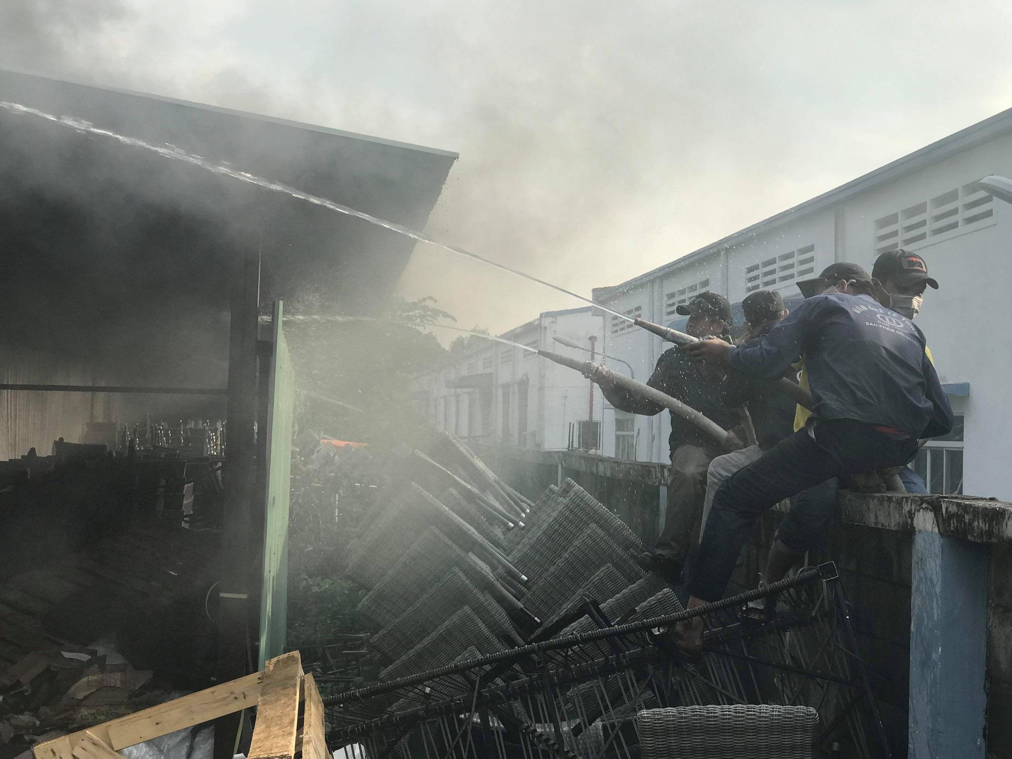 Hàng trăm chiến sĩ chữa cháy được huy động đến dập lửa